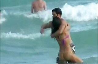 Hot Jessica Alba Beach Voyeur Vid! - 4:25