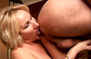 Sexy cougar loves to give a sloppy rimjob - 14:07